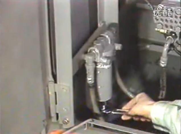 """挖掘机先导过滤器保养更换   工程机械行业流行一句话""""挖掘机30%靠品牌,70%靠保养"""",说明要避免挖掘机故障发生,一定要做好挖掘机的保养工作.   同样要避免挖掘机液压故障的发生,一定要做好挖掘机先导过滤器保养更换工作.   美瑞特挖掘机维修厂资深保养技师李师傅为大家详细讲解""""挖掘机先导过滤器保养更换""""方法."""